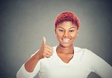Mulher alegre que mostra o polegar acima imagem de stock royalty free