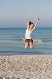 Mulher alegre que salta rindo do retrato da praia Fotos de Stock Royalty Free