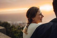 Mulher alegre que senta-se com seu noivo fora fotos de stock