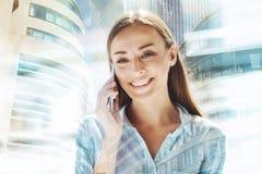 Mulher alegre que tem a discussão no telefone Fotografia de Stock Royalty Free