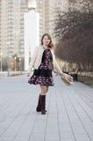 A mulher alegre sorri no parque em Tyumen Fotos de Stock Royalty Free
