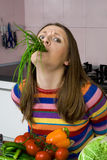 Mulher alimentada acima dos vegetais Fotos de Stock Royalty Free