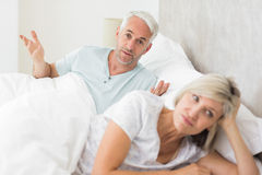 Mulher além do homem na cama Fotografia de Stock