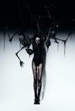 Mulher alta na composição e nos esqueletos do crânio Foto de Stock Royalty Free