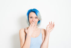 Mulher alternativa nova chocado do adolescente no retrato branco Imagens de Stock Royalty Free
