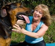 A mulher ama seu cão Fotos de Stock Royalty Free
