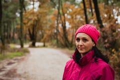 Mulher amadurecida na floresta Imagens de Stock