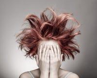 Mulher amedrontada com cabelo desarrumado fotos de stock