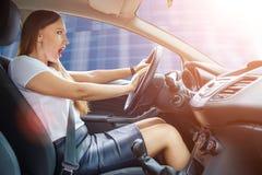 Mulher amedrontada jovens do motorista que toca o chifre fotos de stock