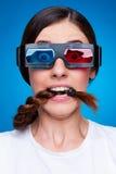 Mulher amedrontada nos vidros 3d Foto de Stock Royalty Free