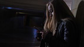 Mulher amedrontada que disca para a ajuda no túnel escuro video estoque