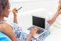 Mulher americana africana que usa o portátil Imagem de Stock