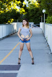 A mulher americana asiática coloca saltos Jean Shorts Outdoors fotos de stock royalty free
