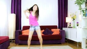 Mulher americana asiática louca feliz que dança o movimento lento vídeos de arquivo