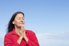 Mulher amigável madura que medita e que reza fotos de stock royalty free