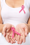 Mulher & fita cor-de-rosa para suportar a causa do cancro da mama Foto de Stock
