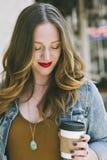 Mulher anca nova com copo de café fotos de stock royalty free