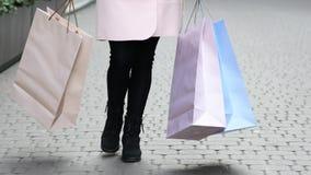 A mulher anda com sacos de compras video estoque