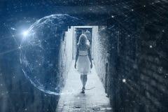 A mulher anda na cidade com fundo futurista do Cyberspace imagem de stock