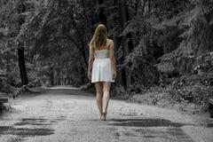 A mulher anda na floresta imagem de stock
