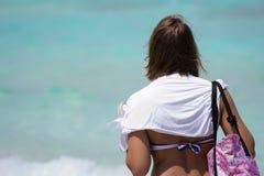 A mulher anda na praia Fotos de Stock Royalty Free