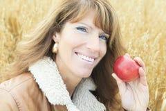 Mulher 60 anos de trigo velho Apple Fotos de Stock