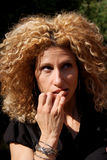 Mulher ansiosa que morde seus pregos fotos de stock royalty free