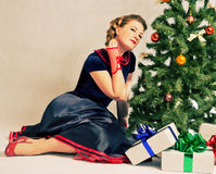 Mulher ao lado da árvore de Natal Imagens de Stock Royalty Free