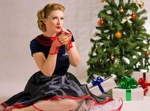 Mulher ao lado da árvore de Natal Imagem de Stock