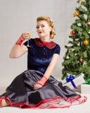 Mulher ao lado da árvore de Natal Fotografia de Stock