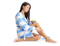 Mulher após o chuveiro que aplica o creme Fotografia de Stock Royalty Free