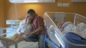 Mulher após o parto na divisão vídeos de arquivo