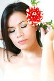 Mulher apaixonado com flor vermelha fotografia de stock royalty free