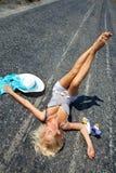 Mulher apaixonado que encontra-se na estrada Foto de Stock Royalty Free