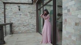 Mulher apaixonado que joga entusiasticamente no violino no balcão filme