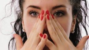 A mulher aplica o ?leo facial em seus mordentes e testas filme