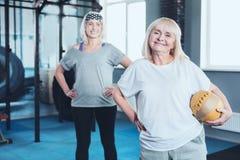 Mulher aposentada de encantamento com bola que participa na sessão de formação Imagem de Stock Royalty Free