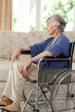 Mulher aposentada em sua cadeira de rodas imagem de stock royalty free