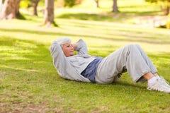 Mulher aposentada que faz a estiramentos Imagens de Stock Royalty Free