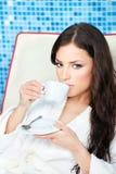 A mulher aprecia a chávena de café no centro dos termas fotos de stock