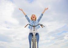 A mulher aprecia a liberdade ao montar Bicycling diário fá-lo mais feliz Passatempo Bicycling e a melhor maneira de relaxar e red imagens de stock royalty free