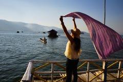 A mulher aprecia a opinião do lago Imagem de Stock Royalty Free