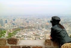 A mulher aprecia a vista panorâmica do Santiago de San Cristobal Hilltop, o Chile foto de stock