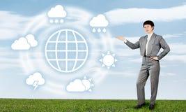 A mulher apresenta a previsão de tempo global Imagem de Stock Royalty Free