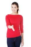 Mulher aproximadamente para agitar as mãos. fotografia de stock