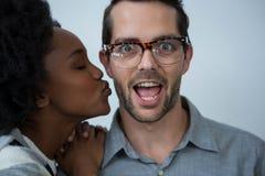 Mulher aproximadamente para beijar o homem fotos de stock royalty free