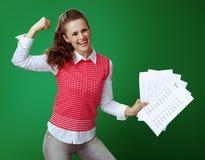 Mulher apta feliz do principiantes que mostra resultados da análise e bíceps de A+ imagens de stock