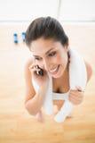 Mulher apta no telefone que toma uma ruptura Foto de Stock Royalty Free