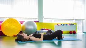 Mulher apta que encontra-se na pose de relaxamento da ioga video estoque