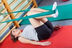 Mulher apta que exercita no estúdio da aptidão imagens de stock